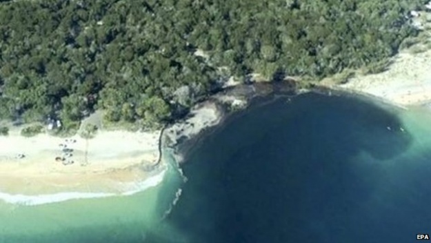 Огромна дупка проголта автомобили на плажа во австралиски камп во Квинсленд